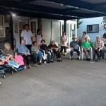 2017.8.7 町内会の七夕で「ロウソクっもらい」の子供たちを待っています
